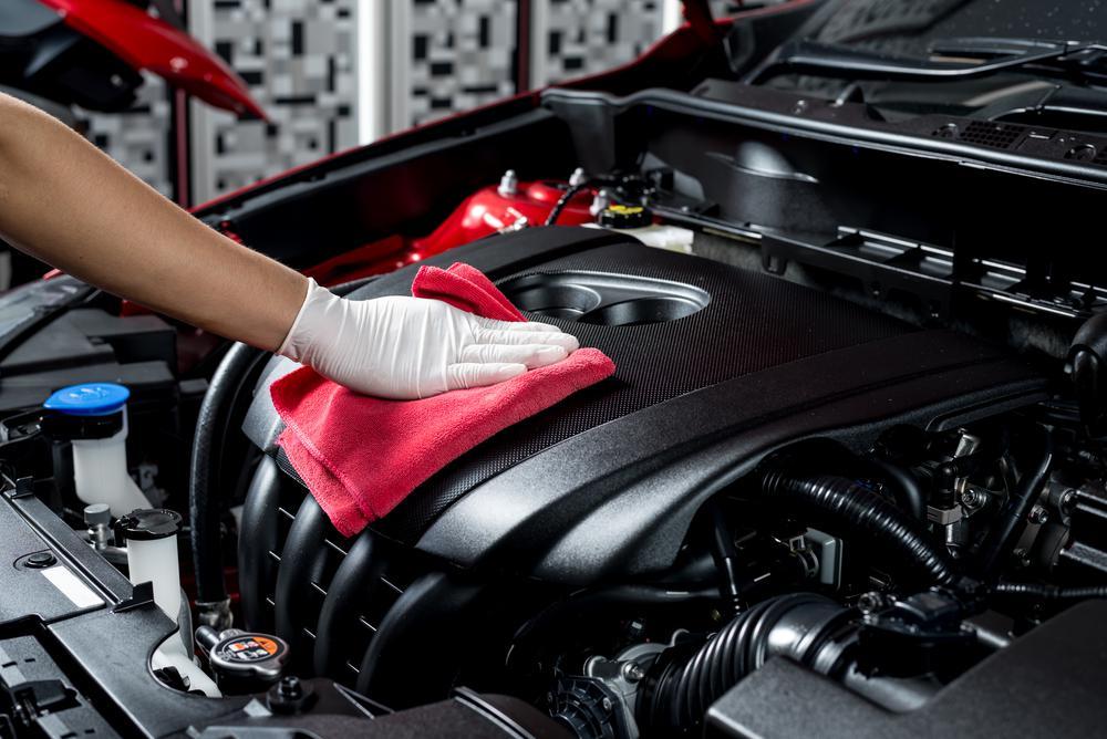 Czyszczenie komory silnika – dlaczego warto stosować ten zabieg?