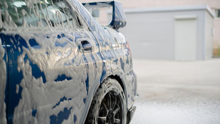 Jak usunąć trudne zabrudzenia w samochodzie?