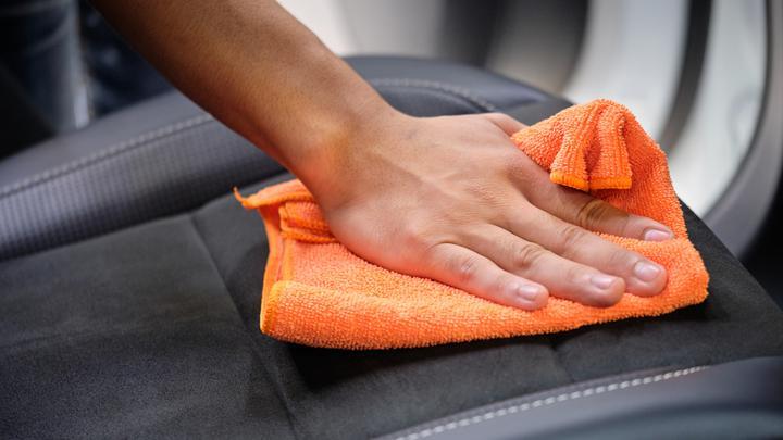Czyszczenie tapicerki w samochodzie – jak zrobić to szybko, skutecznie i niedrogo?