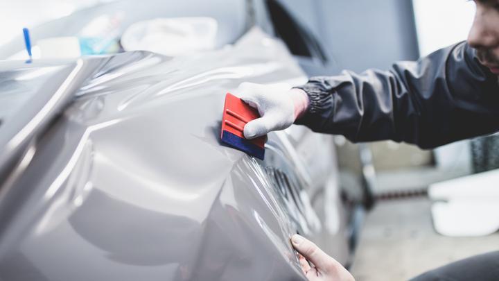 Car wrapping - oklejanie samochodu. Czym jest oklejanie samochodu, ile kosztuje i czy warto w niego inwestować?