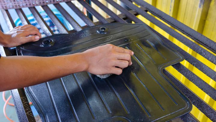 Pranie dywaników samochodowych – jak zadbać o gumowe dywaniki?
