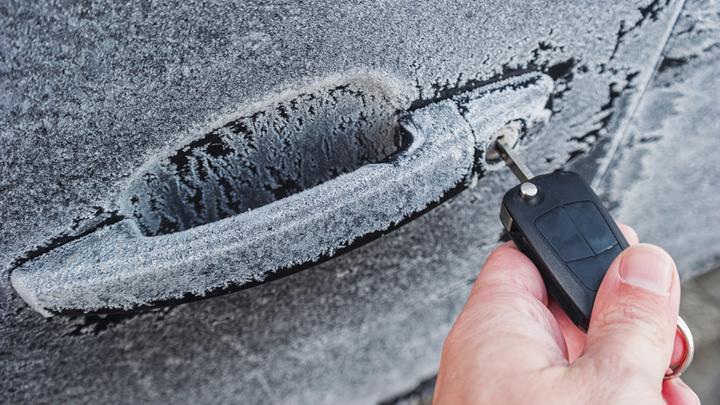 Zamarznięte drzwi w samochodzie – odmrażacz do gum i zamków